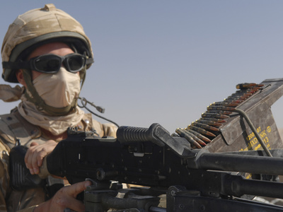 stocktrek-images-a-british-army-soldier-mans-a-machine-gun-mounted-on-top-of-a-land-rover[1]